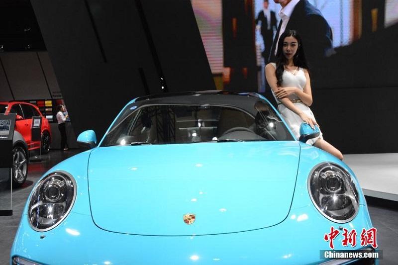 第二十二届大连国际车展启幕 豪车靓模引围观