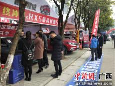 """广西汽贸园车展销售火爆 柳州市民搭购置税减税""""末班车""""买车"""