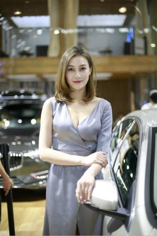 2018华中国际车展优雅端庄的知性美女车模