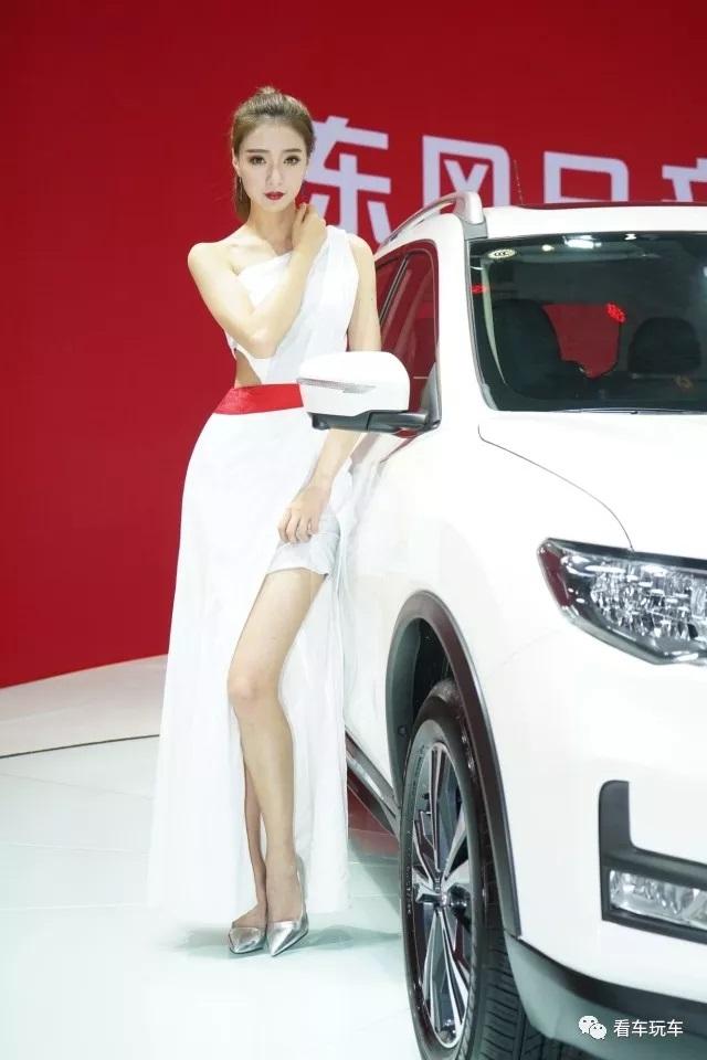 2018重庆车展性感车模惹人爱!