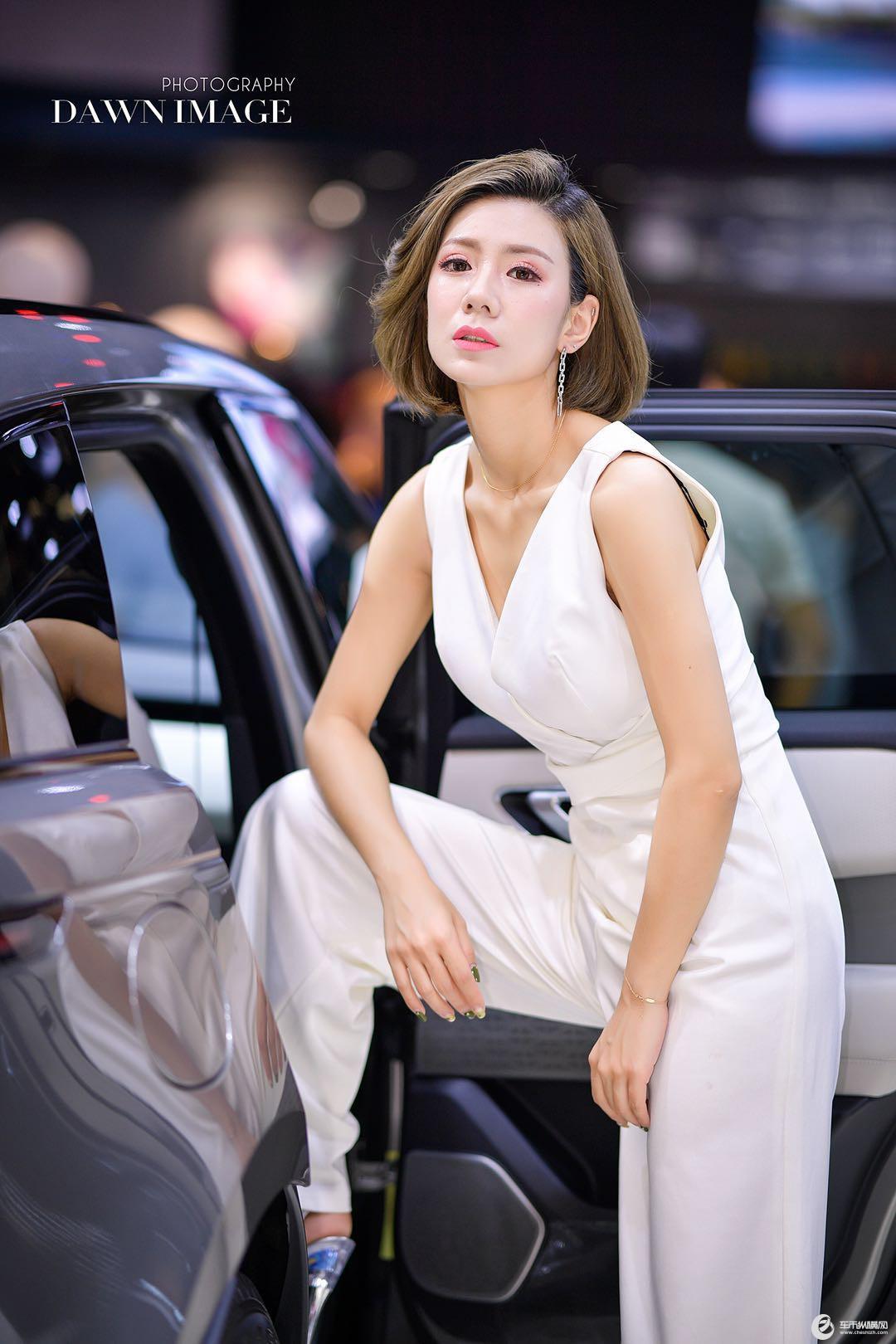 长春汽博会漂亮车模小姐姐等你来约之白衣飘飘