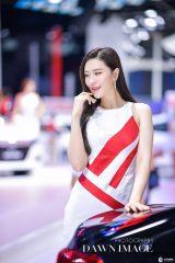 长春汽博会漂亮车模小姐姐等你来约之红衣魅惑