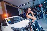 西安车展上这位车模大裙摆礼服浓浓中国风 相当有气质