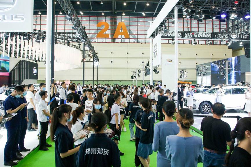 6月14日,2021第十届中原国际汽车展览会暨中原汽车文化旅游节在郑州国际会展中心圆满落幕!4天展期累计吸引20.5万人次观展,累计销售车辆接近6700台,销售金额突破10亿元。截止目前,中原国际车展十年累计吸引观众321万人次,销售超过5.85万台车辆,成为中原地区带货能力最强的营销、展示平台之一。